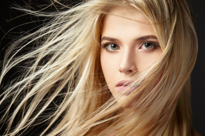 femme cheveux blonds chatain clair