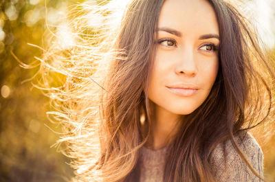 femme cheveux châtain bruns