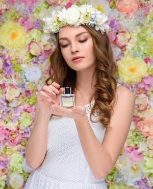 fille avec couronne de fleurs et parfum