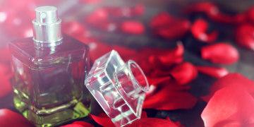 eau de parfum et pétales de rose