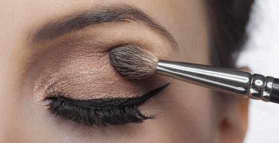 femme maquille paupières des yeux