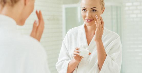 femme applique crème visage