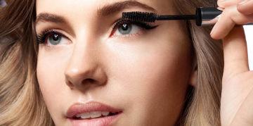 femme qui se met du mascara