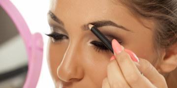 femme qui trace ses sourcils avec un crayon