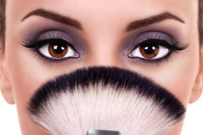 femme yeux marron maquillage prune
