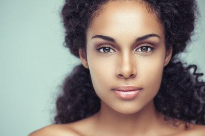 femme peau mate maquillage doré