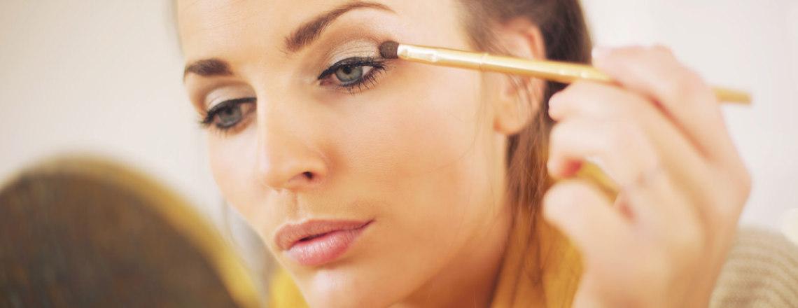 femme maquillant paupières
